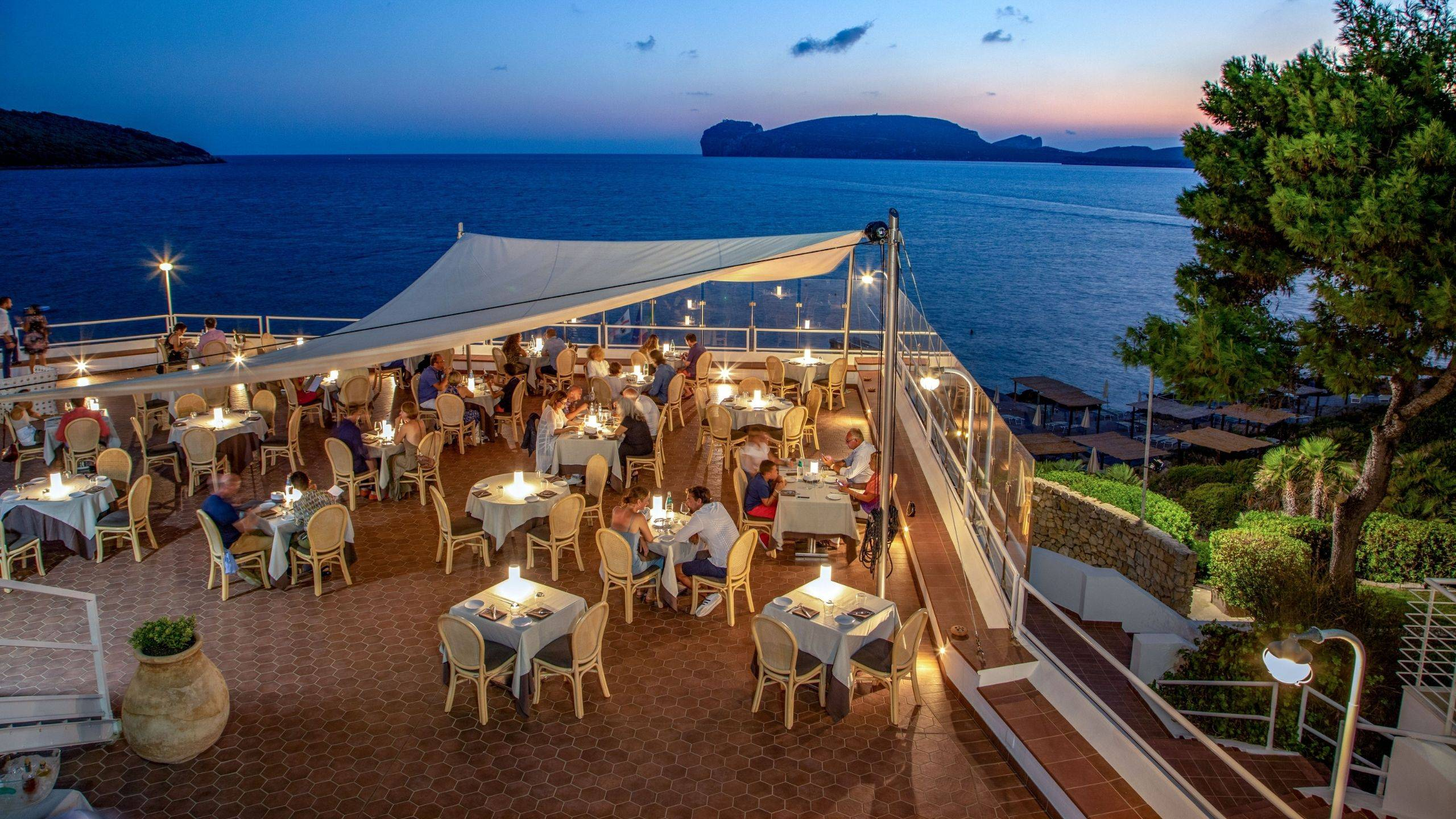 Hotel-El-Faro-Alghero-Matrimoni-e-Eventi-2021-tavoli-mari